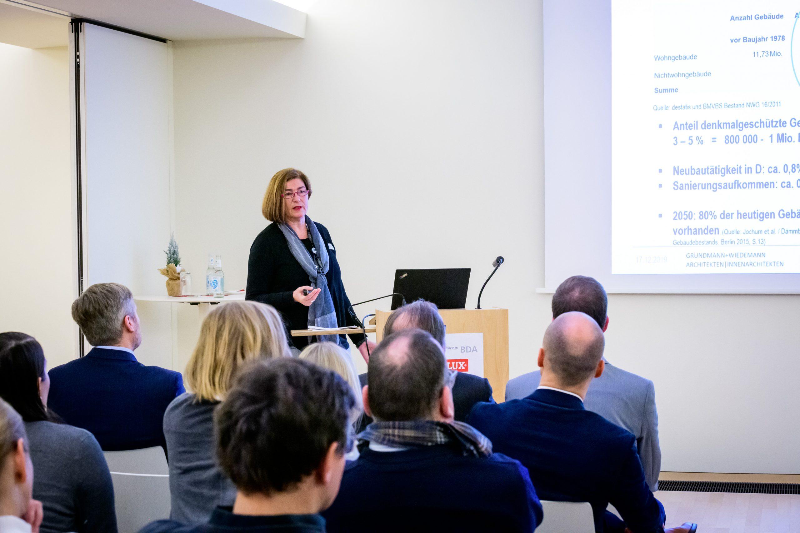 Frau Dr. Wiedemann bei einem Vortrag vor Publikum.